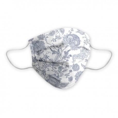 Máscara social certificada para dama con elegante diseño en un floral azul con fondo blanco.