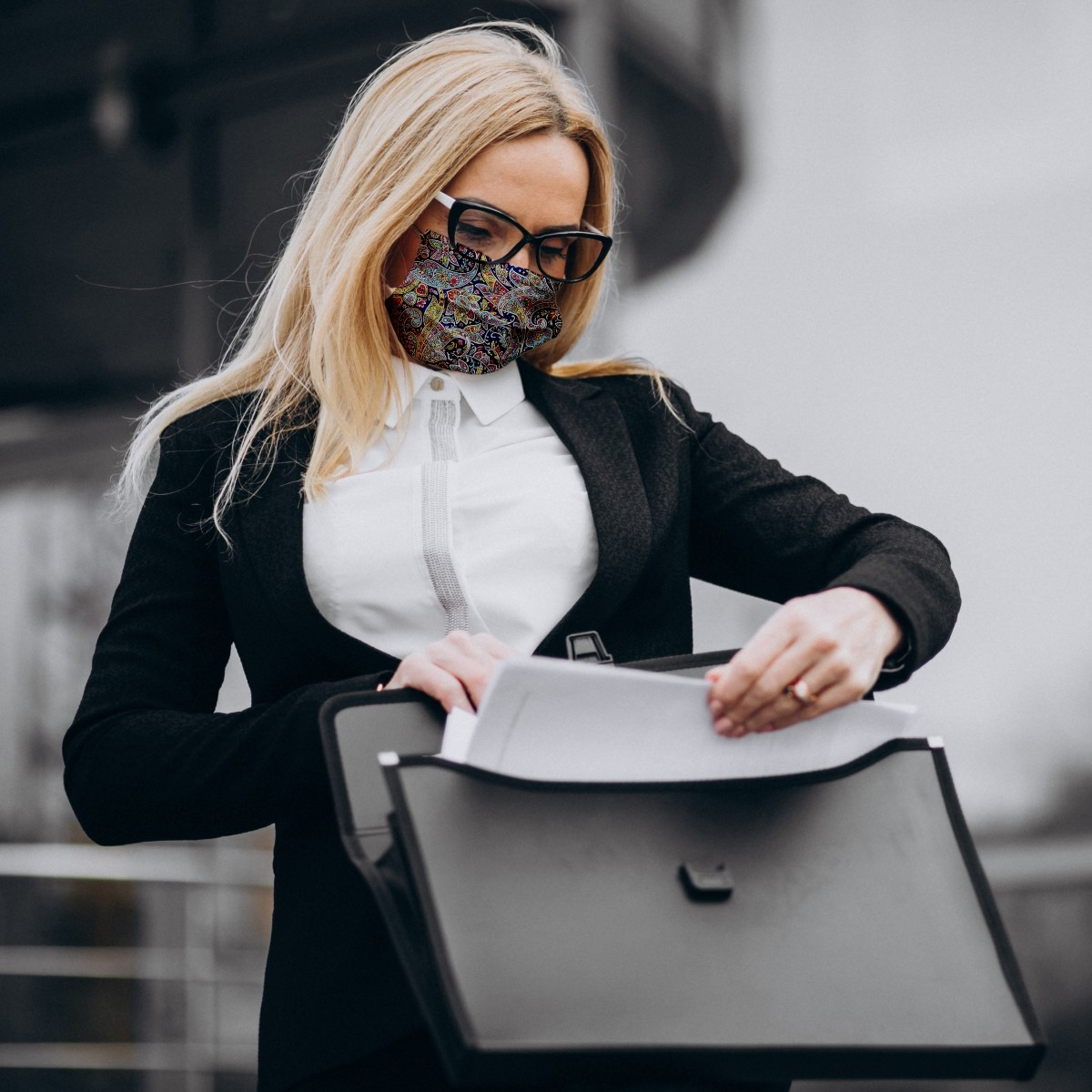 Woman wearing Dona Maria certified social mask